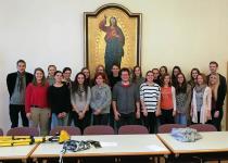Die Projektgruppe der 6A und Studierende der PTH St. Pölten nach den Dreharbeiten im Festsaal der Hochschule (Foto: Mag. Kurt Neumeyr, BRG/BORG St. Pölten)